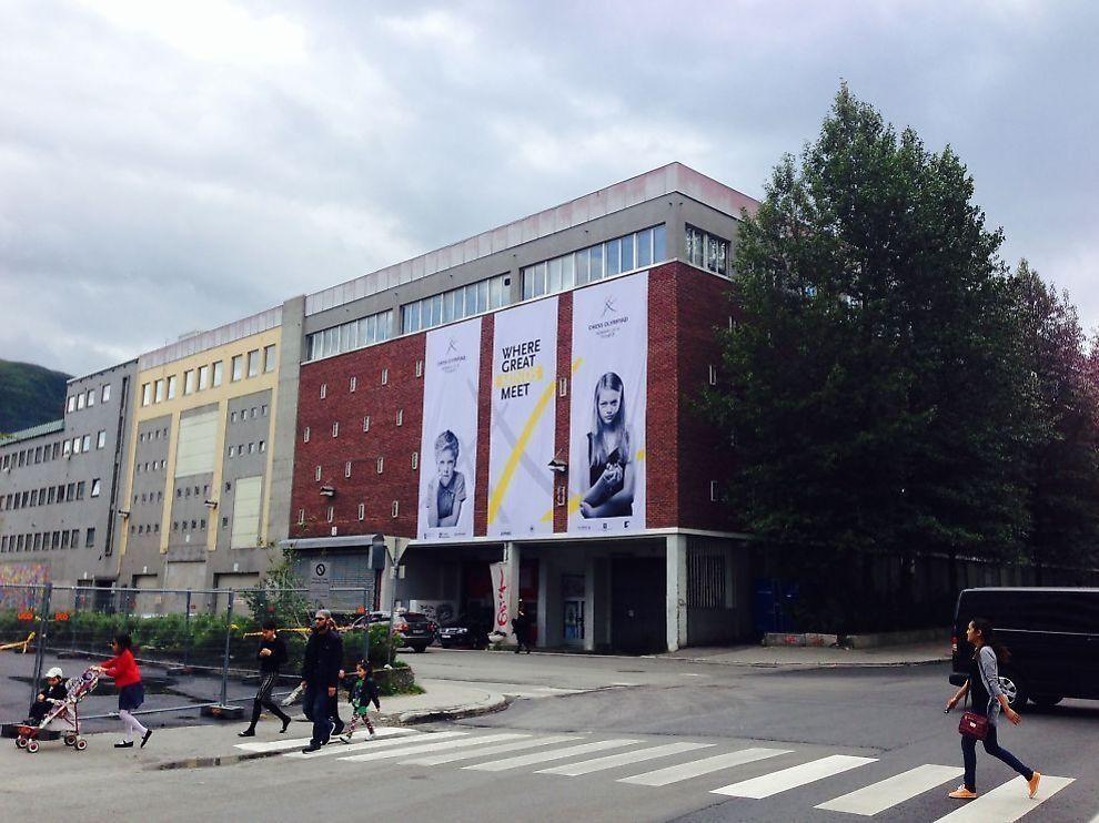 <p>OL-BYGNINGEN: Innenfor disse veggene spilles sjakk-OL. Hit, til Mackhallen i Tromsø, har ikke Burundis landslag møtt de siste rundene av lekene.</p>