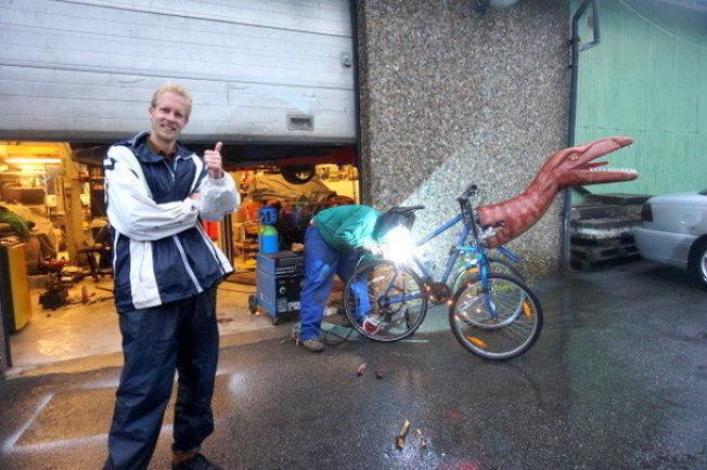 <p>KUNSTPROSJEKT: Studenten brukte over et halvt år på sykkeldinosauren.<br/></p>
