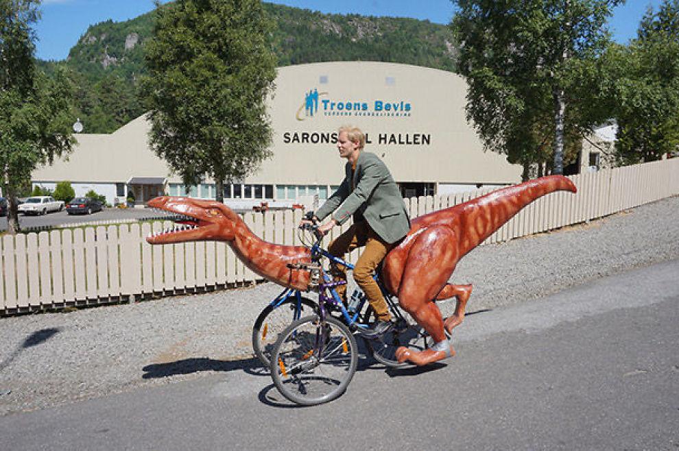 <p>TIL SALGS : Coelophysisen vekket oppsikt da den ble tatt med på sykkeltur. Nå kan den populære dinosaursykkelen bli din.</p>