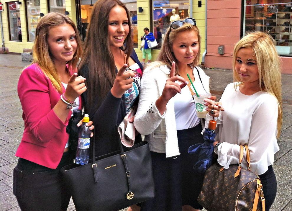 <p>PEKEFINGER TILBAKE: Elevene Elisabeth Dahl (16), Kine Marie Evensen (15), Lillian Gulbrandsen (15) og Nora Teie Knudsen (16 i dag) synes det er behov for mer disiplin på skolen. Torsdag var drammensjentene i Oslo for å feire bursdagen til Nora.<br/></p>