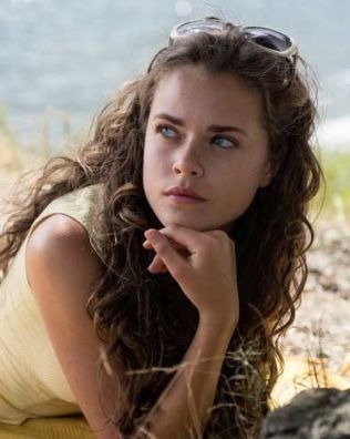 <p>TRØBLETE: Susanne Bouche som Cecilie; en komplisert ung dame - men hun har sine grunner...</p>