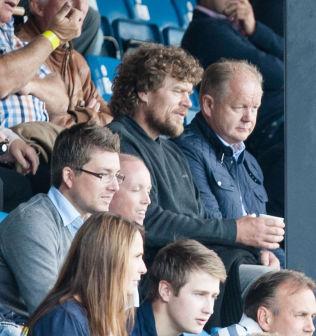 <p>GLEDER SEG TIL MARTIN-SAMARBEID: Per-Mathias Høgmo fulgte Martin Ødegaard fra tribunen sammen med Lars Monsen. Landslagssjefen vil ikke røpe om 15-åringen spiller fra start på onsdag.<br/></p>