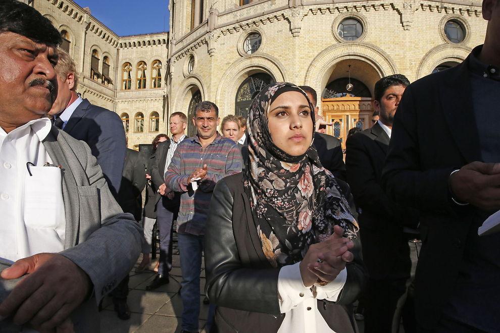 <p>TALTE TERRORISTENE MIDT I MOT: 19 år gamle Faten Mehdi Al-Hussaini gikk til angrep på ekstremistene i Profetens Ummah og terroristene i IS foran Stortinget mandag.<br/></p>
