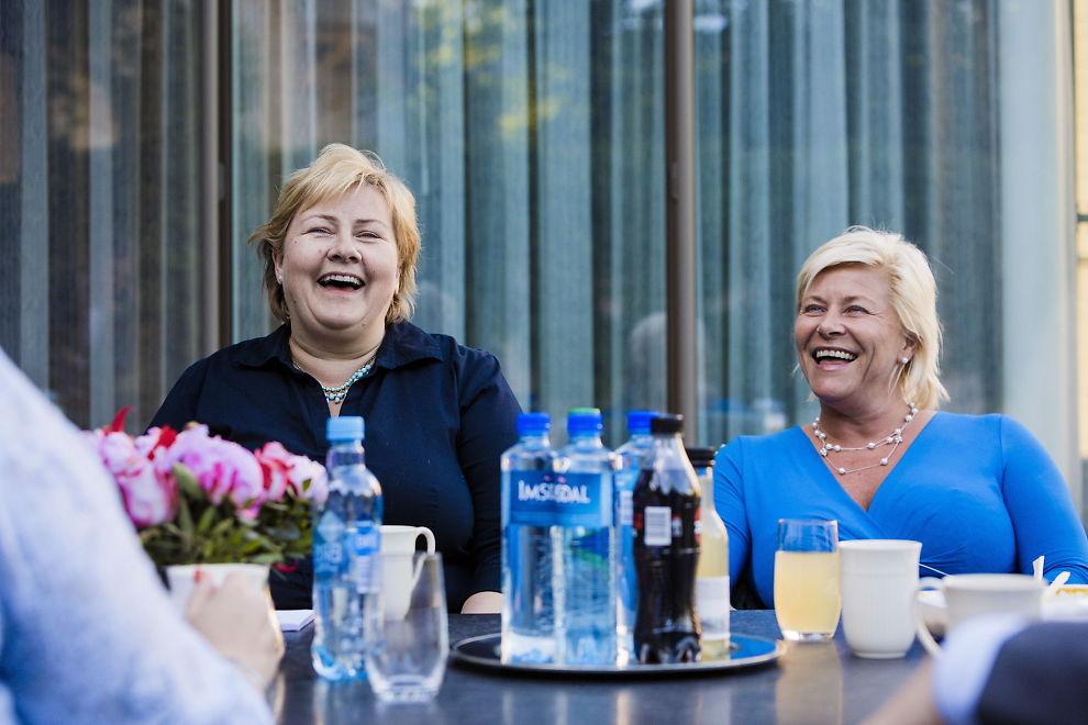 <p>KAN SMILE NÅ: Men når Siv Jensen (til høyre) og Erna Solberg møter de andre statsrådene til budsjettkonferanse onsdag blir det tøffere enn her, under en middag i Statsministerboligen i Oslo i juni i år.<br/></p>