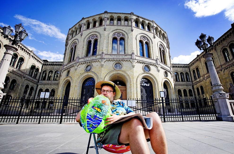 <p><b>2014:</b> Ifølge Didrik Søderlind er dette året da obskure konspirasjonsteorier ble tatt inn i den brede offentligheten, blant annet gjennom Frps stortingsrepresentant Ulf Leirsteins «rettsskikkerhetsgruppe». Kronikkforfatteren holder i dag et foredrag om konspirasjonsteorier på Litteraturhuset i Oslo. Bildet er fra Ulf Leirsteins demonstrasjon mot Stortingets lange sommerferie i 2006.<br/></p><p/>