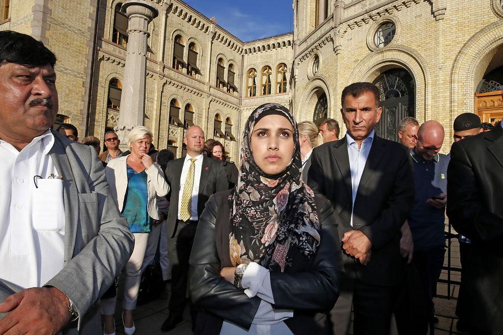 <p>TALTE MOT TERROR: Faten Mahdi Al-Hussaini (19) holdt en følelsesladet appel mot terrorgruppen IS på mandag.<br/></p>