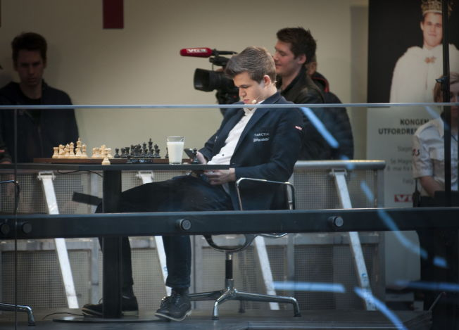 HVA VELGER HAN?: Det er slett ikke sikkert at Magnus Carlsen (23) undertegner VM-kontrakten.
