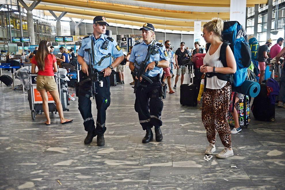 <p>TUNGT BEVÆPNET: Fra tidlig om morgenen 24. juli patruljerte tungt bevæpnet politi på en rekke offentlige steder i Norge. Det forelå en konkret trussel om at terrorister skulle angripe uskyldige nordmenn. Her går to tjenestemenn i avgangshallen på Oslo Lufthavn.</p>