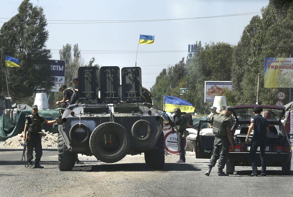 <p>UKRAINA: Russiske soldater skal nå ha rykket inn i Ukraina. Her er ukrainske soldater i gang med sikre et sjekkpunkt i Mariopol i Øst-Ukraina onsdag.</p>
