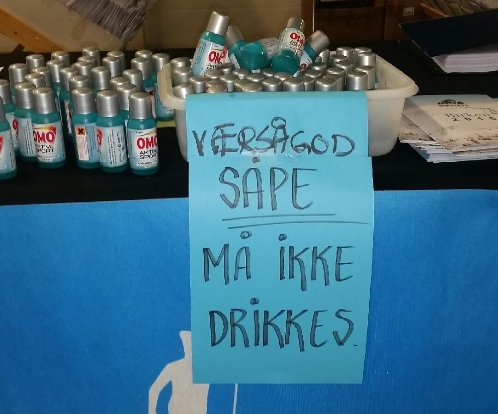 <p>MERKET: Etter at seks menn drakk innholdet i flasket måtte arrangørene gå til det skrittet å merke dem med at de «MÅ IKKE DRIKKES».</p>