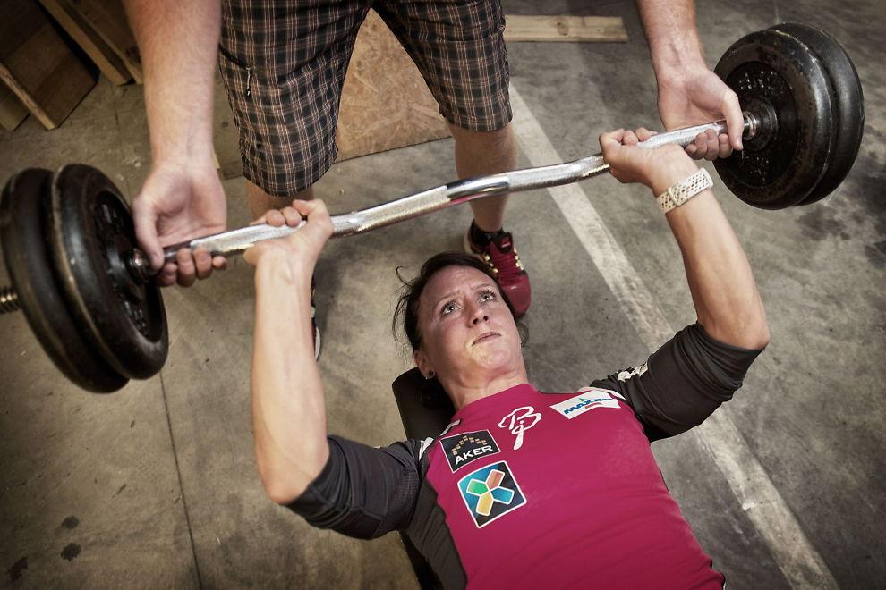 <p>MAKSIMAL STYRKE: Marit Bjørgen kjører en vektbelastning hun maksimalt klarer tre ganger her. Armene mener hun at er sterke nok, men hun jobber mye med magemuskulaturen.<br/></p>
