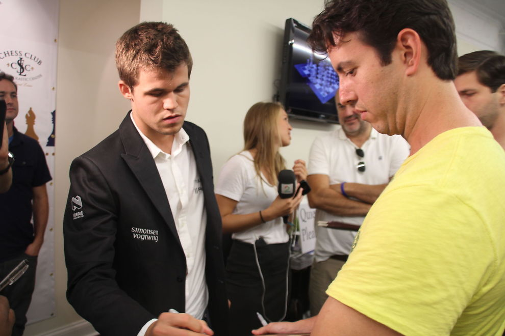 <p>GA AUTOGRAFER: Magnus Carlsen var skuffet over egen innsats i partiet mot Levon Aronian, men tok seg tid til å gi autografer til fansen i St. Louis.<br/></p>