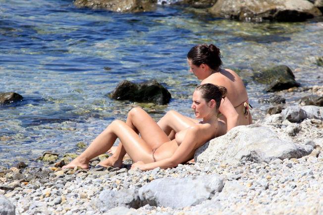 to sind bare bryster på stranden