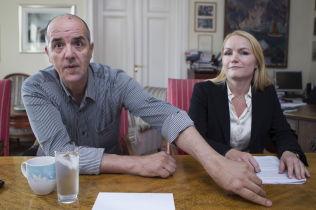 <p>SKADET FOR LIVET: Francesco Bradascio viser advokat Kristin Kvanum Hestnes håndleddet hvor det ble satt inn plate og skruer etter ulykken.</p><p>Foto: ROGER NEUMANN<br/></p>