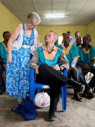 <p>BEKYMRET: Kari Hilde French snakker med sønnen Joshua French under rettssaken i Ndolo militærfengsel tidligere i år.<br/></p>