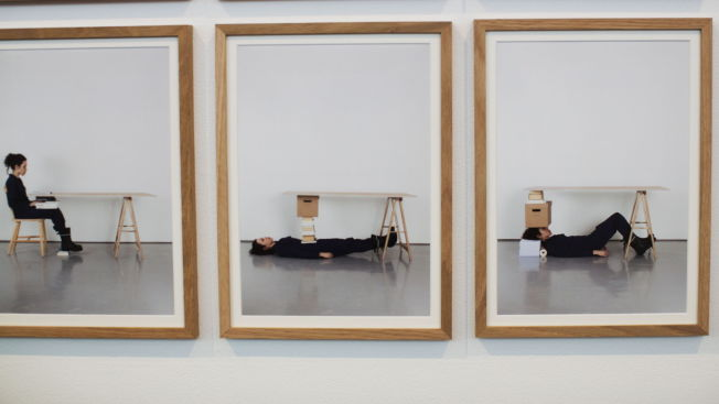 <p><b>HUMOR:</b> Ana Rita Antonio viser stor oppfinnsomhet med fotoserien «14 ways of replacing a table leg».</p>