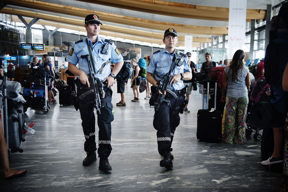 <P> ARMED: From early morning on July 24 patrolled heavily armed police on a number of public places in Norway.  There was a specific threat that terrorists would attack innocent Norwegians.  Here goes armed officers in the departure hall at Oslo Airport. </ P>