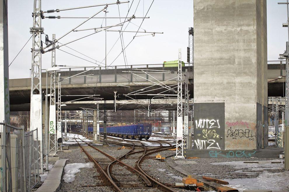<p>FUNNET PÅ TOGSPORET: Verktøykassen med en død hund oppi ble funnet på jernbanesporet i Kværnerdalen i Oslo av en NSB-ansatt søndag morgen. Her er togsporene like ved, på Loenga i Oslo avbildet.<br/></p>