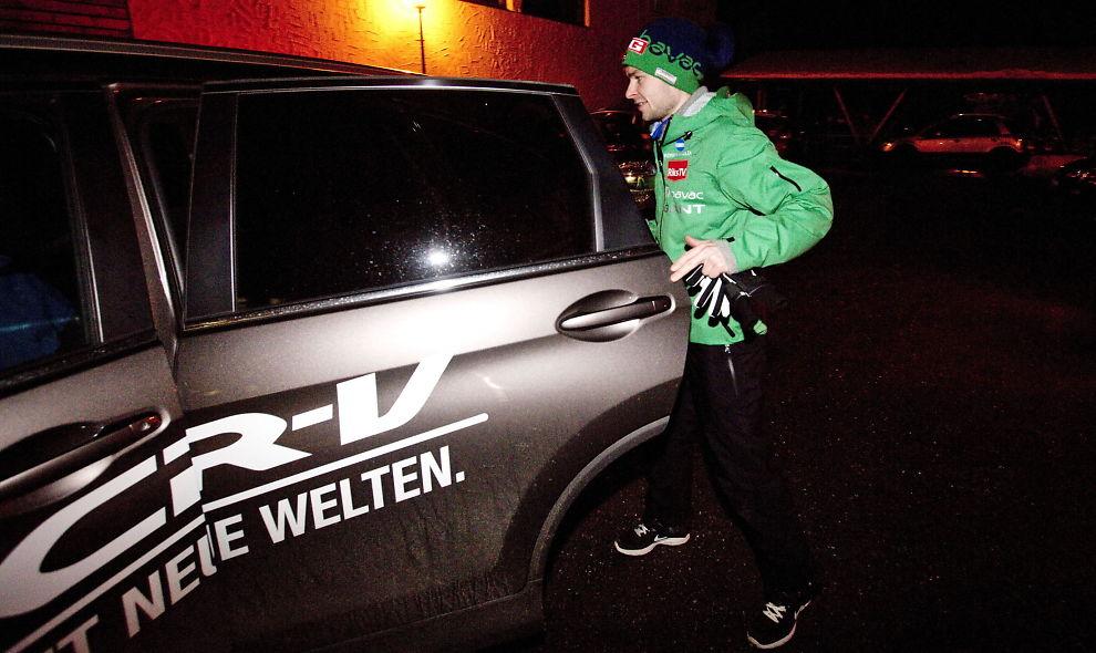 <p>ER PASSASJER: Anders Jacobsen på vei inn i en arrangørbil under hoppuka i 2012. Den siste måneden, og i fem måneder fremover, må skihopperen kjøres, ta buss og T-bane for å komme seg på trening.<br/></p>