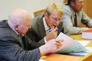 <p>I RETTEN: Fredrik Fasting Torgersen (t.v.), professor og rettslig medhjelper Ståle Eskeland og advokat Jan Tennøe under et av de mange rettsmøtene i Torgersen-saken.</p><p>Foto: Lise Åserud / NTB Scanpix</p>