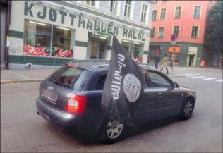 <p>OSLO I DAG: Fra denne bilen ble det viftet med det kontroversielle IS-flagget i Tøyengata i Oslo. Foto: PRIVAT</p>