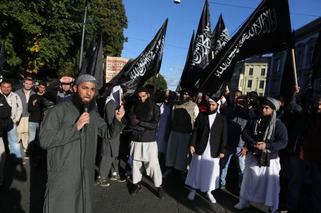 """<p>FLAGGET: I 2012 demonstrerte Ubaydullah Hussain og flere andre mot videoen """"Innocence of Muslims"""". Da brukte de et annet flagg som i dag brukes hyppig av IS og andre ekstremister, nemlig jihad-flagget.<br/></p>"""