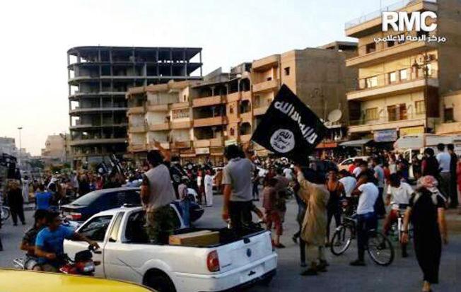 <p>I SYRIA: IS-krigere viser frem det samme flagget under en parade i den selvutnevnte hovedstaden til IS, Raqqa. Det er ikke kjent når bildet ble tatt.<br/></p>