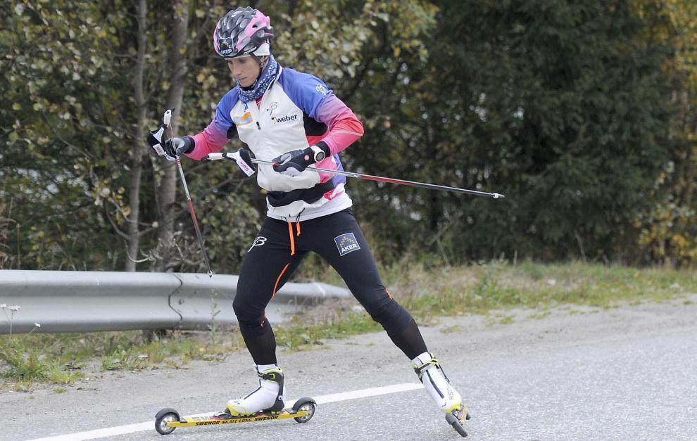 <p>HØSTTRENING: Marit Bjørgen gjennomførte onsdag morgen en rulleskiøkt på landslagets samling på Kvitfjell før møtet med pressen.<br/></p>