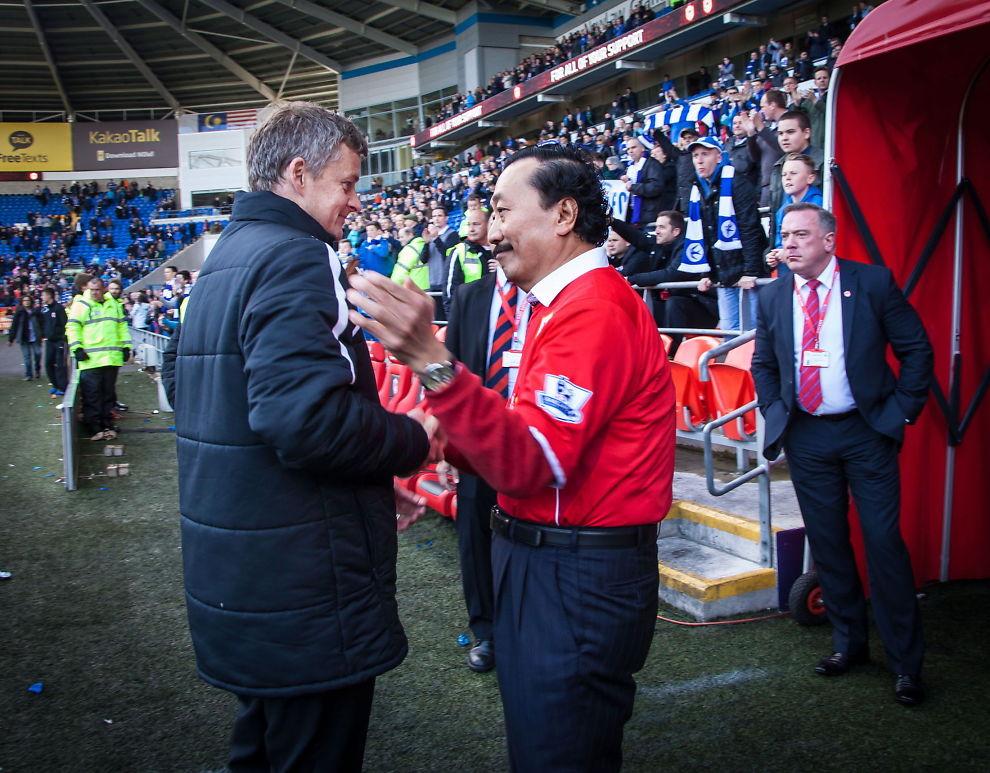 <p>TIDLIGERE VENNER: Ole Gunnar Solskjær får et klapp på skulderen av Vincent Tan etter at Cardiff hadde tapt 1-2 mot Chelsea forrige sesong i Premier League.<br/></p><p><br/></p>