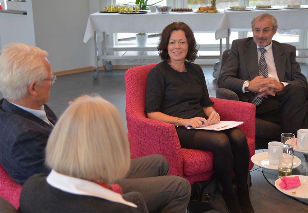 <p>TAR GREP: Barne-, likestillings- og inkluderingsminister Solveig Horne (Frp) i samtale med administrerende direktør Ole Johan Sandvand og leder Bente Barstad på familiesenteret ved Modum Bad onsdag.<br/></p>