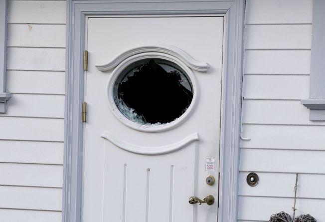 <p>KNUST RUTE: Etter å ha blitt kontakten av den stikkskadede faren (52) tok politiet seg inn i eneboligen ved å ødelegge døren.</p>
