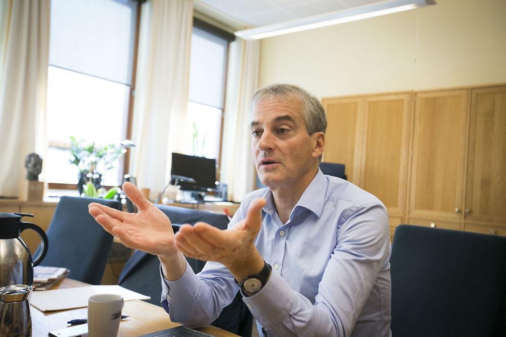 <p>BRUKTE STERKE ORD: Arbeiderpartiets Jonas Gahr Støre beklager at han kalte Høyres interne OL-prosess «patetisk» - hvertfall dersom noen ble støtt av det. Her på sitt kontor i Stortinget.<br/></p>