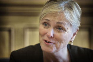 FÅR KJEFT FOR Å VÆRE TREG: Kulturminister Thorhild Widvey kritiseres av Jonas Gahr Støre.