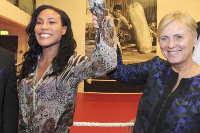 Oslo 20141003. Kulturminister Thorild Widvey gleder seg til boksing på norsk jord. Her sammen med Cecilia Brækhus t.v. Foto: Terje Pedersen / NTB scanpix