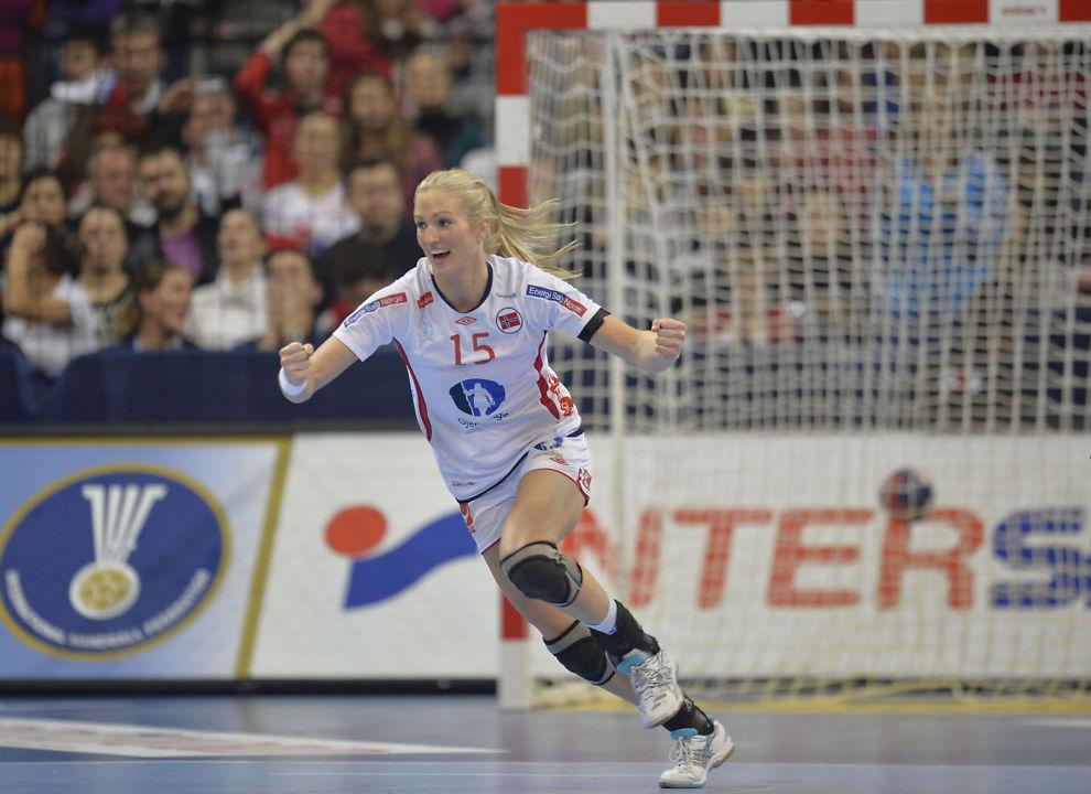 <p>KNE TIL BESVÆR: Linn Jørum Sulland har de to siste sesongene hatt mye vondt når belastningen har blitt for stor på høyre kne. Her er hun fra VM-kampen mot Serbia sist vinter.<br/></p>