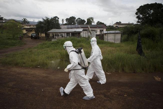 <p>SMITTET: En rekke norske hjelpearbeidere jobber med å begrense ebola-smitte i Vest-Afrika. Nå er en norsk helsearbeider smittet i Sierra Leone.<br/></p>