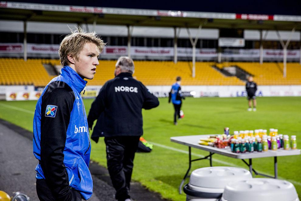 <p>ØNSKET AV BARCELONA: Martin Ødegaard fikk sin første økt med et toppet A-landslag på Åråsen mandag. Han kan bli tidenes første norske spiller i Barcelona. Den spanske toppklubben har invitert far og sønn Ødegaard ned til Catalonia i håp om å sikre seg unggutten.<br/></p>