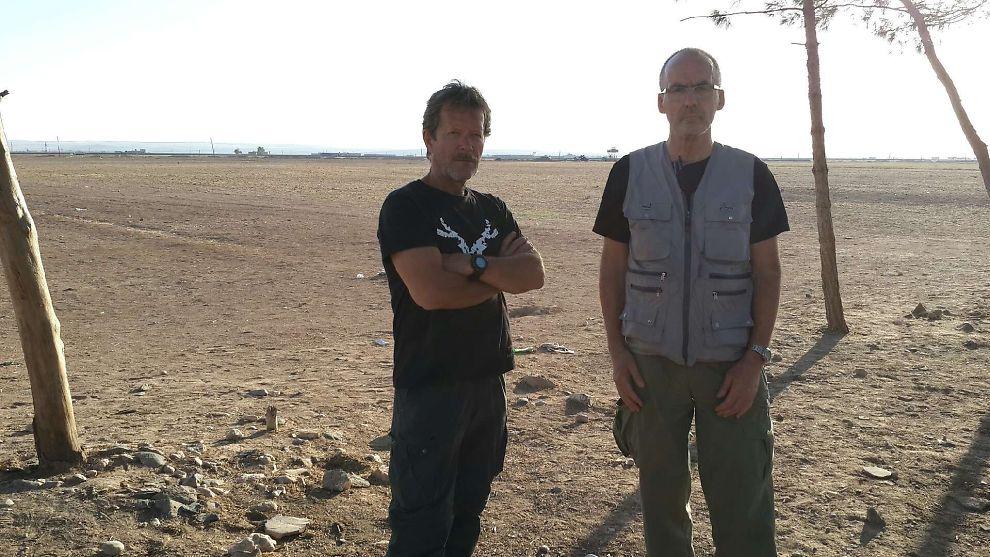 <p>NÆR GRENSEN: Erling Folkvord og Svein Olsen nær grensen til Syria. Dette bildet skal være tatt 400 meter fra grensen.</p>