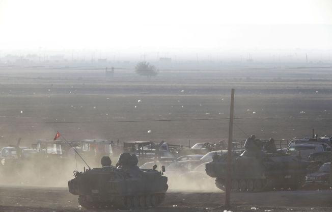 <p>Tyrkiske styrker sikrer grenseområdet mot Syria mens kampene mellom kurdiske styrker og IS eskalerer i Kobani.</p>