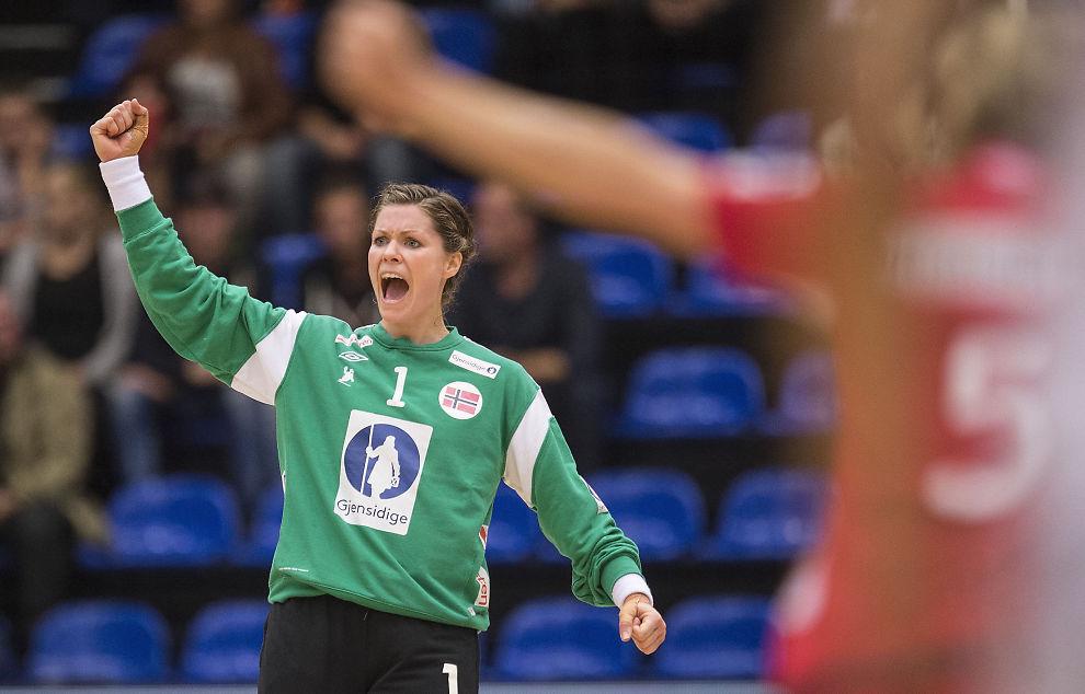 <p>BANENS BESTE: Her jubler Kari Aalvik Grimsbø etter én av 18 redninger mot Frankrike. Hun slapp inn 15 mål.<br/></p>