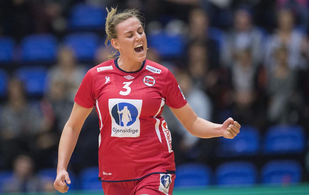 <p>I MAMMAS FOTSPOR: Emilie Hegh Arntzen jublet for sitt første landslagsmål - i sin første landskamp på seniornivå. På tribunen satt mamma Hanne Hegh.<br/></p>