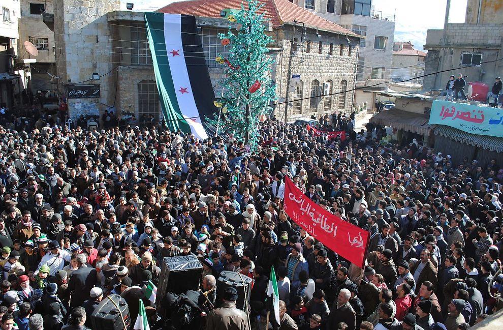 <p><b>ENDTE I KRIG:</b> - Under den arabiske våren trodde vi at en ny orden ville oppstå, men det var for få som innså at den ikke kunne oppstå av seg selv, skriver kronikkforfatteren. Bildet er fra en regimekritisk demonstrasjon i den syriske byen Zabadani i 2012. Foto: AP.</p>