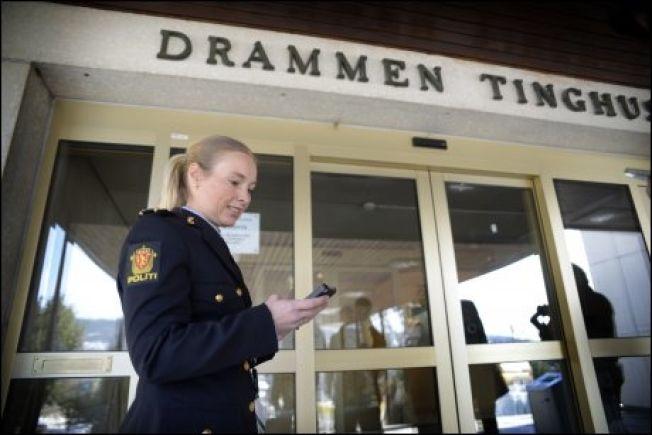 <p>KREVENDE ETTERFORSKNING: Politiadvokat har flere ganger meddelt at politiet har stått overfor en krevende etterforskning. Her står hun utenfor Drammen tingrett i forbindelse med den første fengslingen i saken.<br/></p>