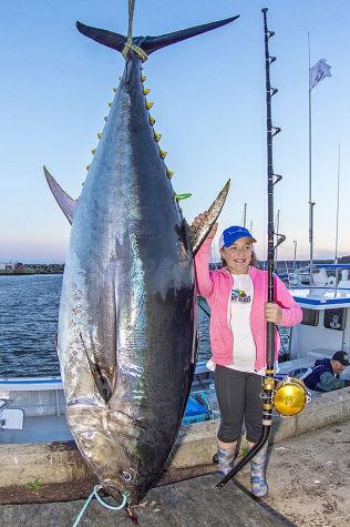 <p>REKORD-JENNA: 12 år gamle Jenna Gavin hadde ingenting mot å stille opp på det obligatoriske bildet med fangst og fisker i full størrelse. Fisken på 280,5 kilo er like lang som jentas fiskestang.<br/></p>