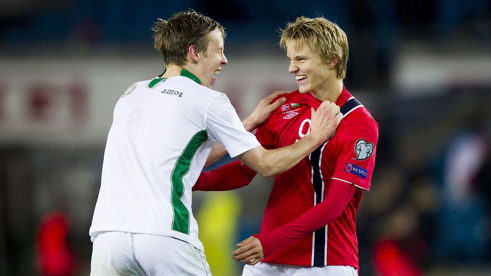 <p>BLI ELLER GÅ? Martin Ødegaard (til høyre) har så mange store klubber etter seg at han har et vanskelig valg å ta. Her nyter 15-åringen 2-1-seieren over Bulgaria tidligere i oktober sammen med Stefan Johansen.<br/></p>