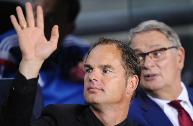 <p>HEI, MARTIN! Frank de Boer og Ajax markerer seg sterkt i kampen om Martin Ødegaard. Her vinker manageren til publikum før Champions League-kampen mellom Ajax og Barcelona tirsdag.<br/></p>