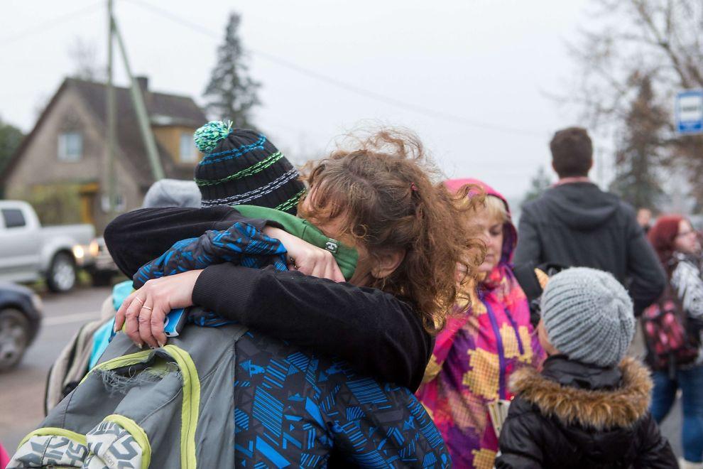 <p>TRØST: Et barn holder rundt moren sin utenfor skolen der en elev mandag skjøt og drepte læreren sin.<br/></p>