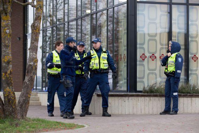 <p>POLITIOPPBUD: Flere politibetjenter som rykket ut etter meldingen om skyting på skolen.<br/></p><p/>