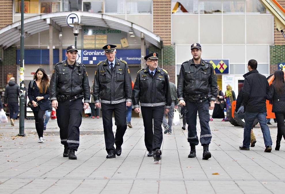 <p>PÅ PATRULJE: Politimester Hans Sverre Sjøvold (nummer to fra høyre) og stasjonssjef Kåre Stølen på patruljetur på Grønland Torg. Ved siden av dem går politibetjentene Lars (til venstre) og William, som av hensyn til jobbenm ønsker å være anonyme.</p><p>Foto: ROGER NEUMANN</p>