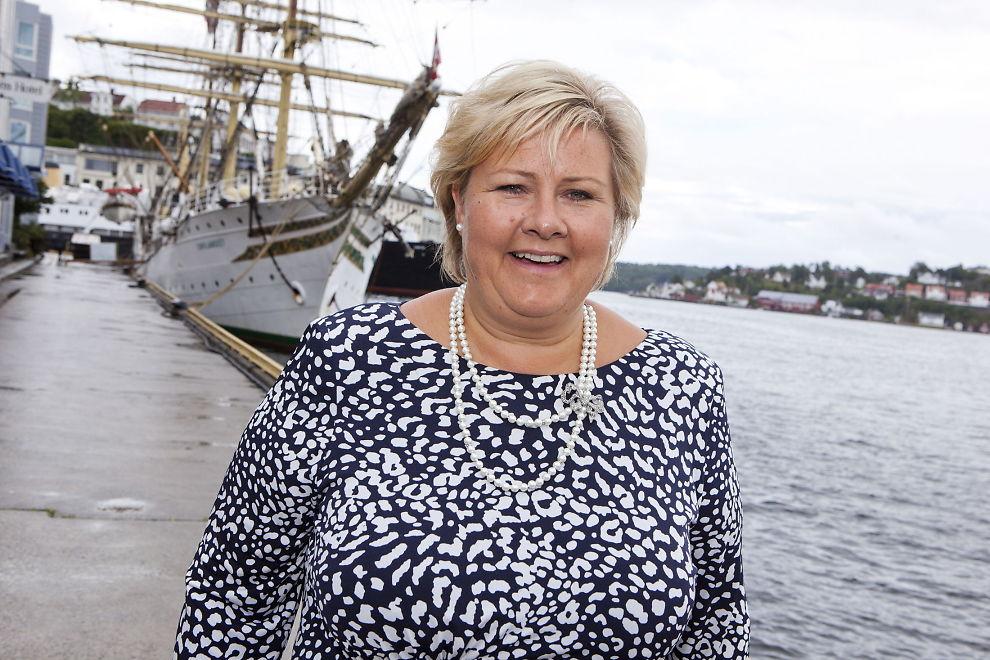 <p>SEILET TIL TOPPS: I en ny uatorisert biografi om Erna Solberg skriver forfatter Renate Nedregård om statsministerens liv. Her er Solberg avbildet under Arendalsuka i august.</p>